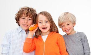 Kinder lauschen dem tiptoi-Stift